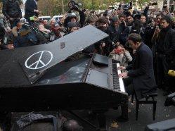 Un-pianiste-ambulant-joue-devant-le-Bataclan-le-14-novembre-2015_exact1024x768_l